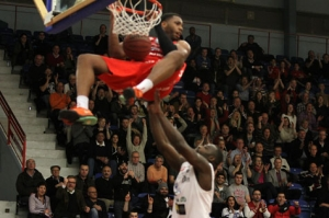 Matchens behållning var Keith Wrights monsterdunk. (Foto: Peter Bohlin)